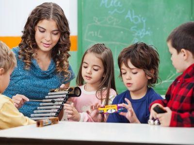 Vier Kinder lernen verschiedene Instrumente kennen