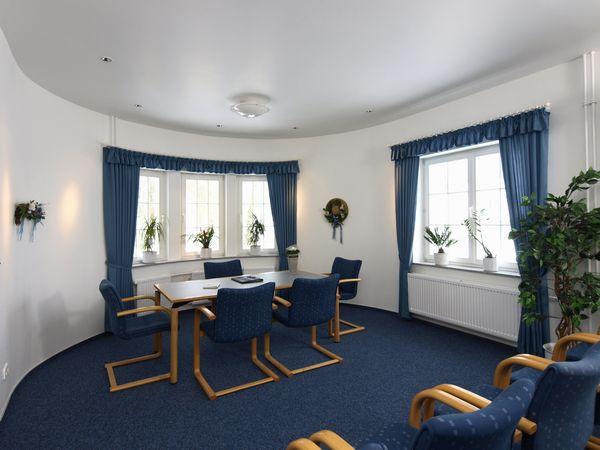 Trauzimmer im Rathaus mit Tisch und blauen Stühlen
