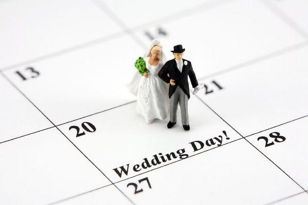 Symbolbild: Brautpaar auf Kalenderblatt