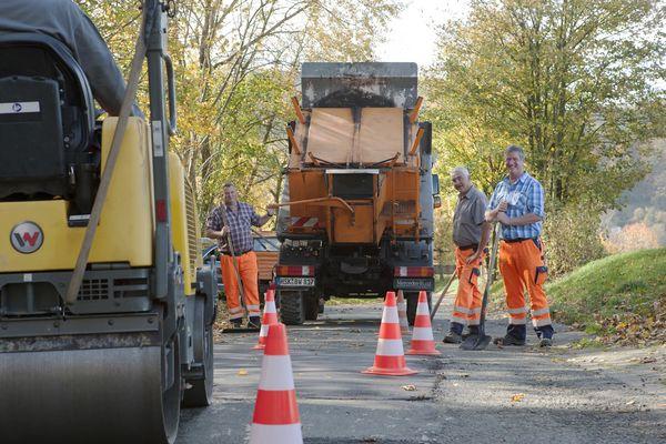 Mitarbeiter des Bauhofs Winterberg teeren eine Straße