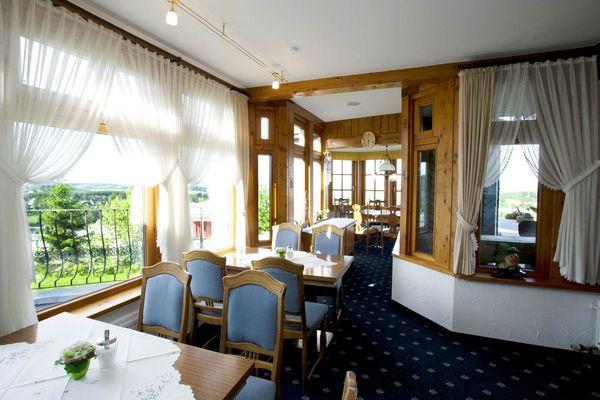 Restaurantbereich im Bobhaus mit Tischen und Stühlen