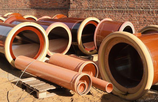 Baustelle mit mehreren Kanalroehren