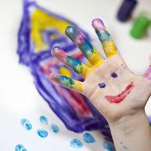 Eine angemalte Kinderhand
