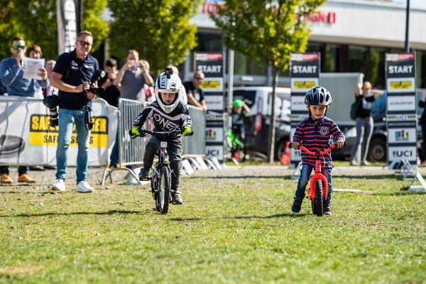 Zwei Kinder nehmen am Kids Race der Bike Games teil
