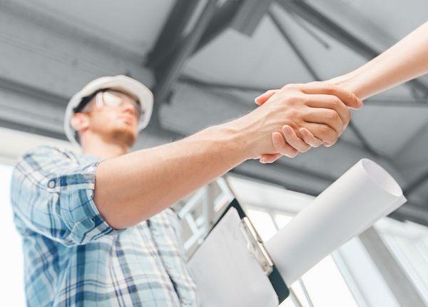 Handschlag mit Bauarbeiter