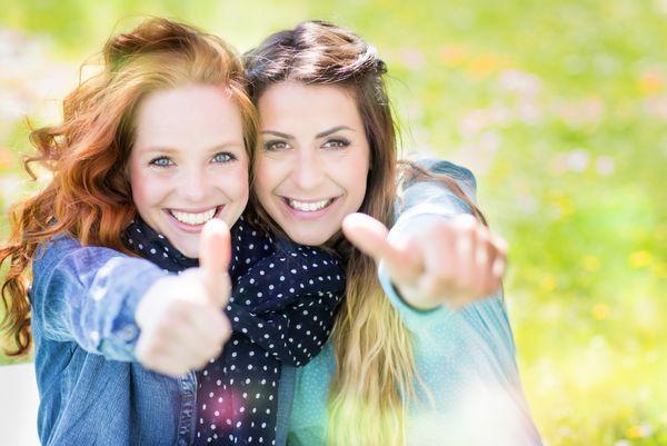 Zwei junge Damen zeigen Daumen hoch