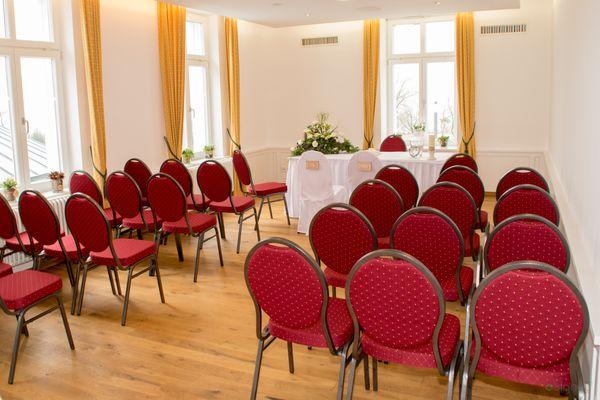 Trauzimmer im Rathaus mit Tisch und roten Stühlen