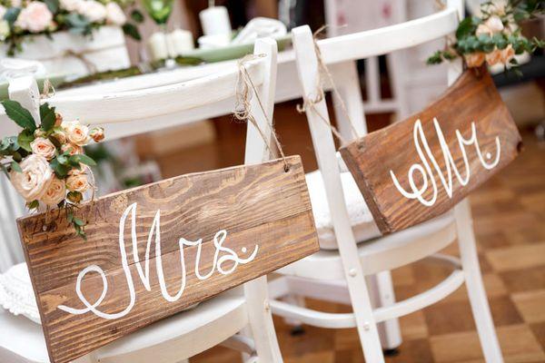 Zwei Stühle in Vorbereitung zur Trauung