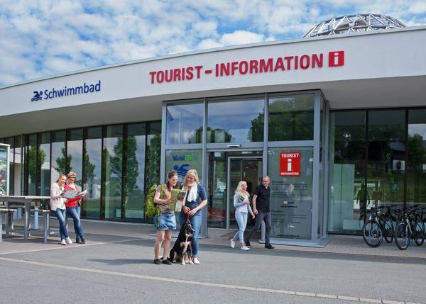 Die gläserne Front des Eingangs der Tourist-Information und des Schwimmbads der Stadt Winterberg