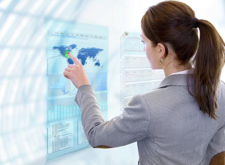 Frau zeigt auf eine Weltkarte