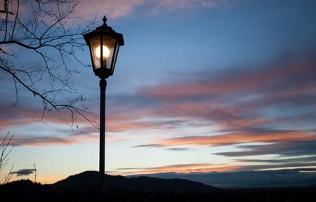 eine Straßenlaterne leuchtet in der Dunkelheit