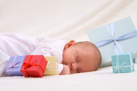 Schlafendes Baby mit Geschenken